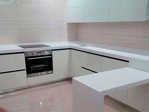 Картинка Кухня с барной стойкой белая