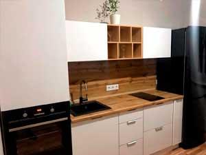 Кухня белая с рыжим фартуком на заказ