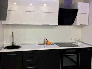 Кухня черная с белым верхом и белой столешницей